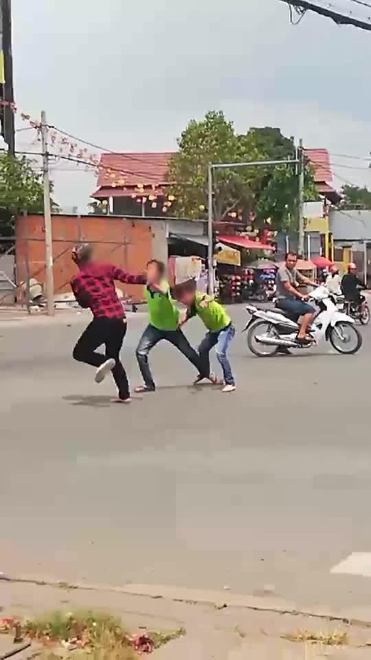 Bị đuổi đánh giữa đường, thanh niên cướp vợt chiên đồ ăn của bà bán bánh mỳ đáp trả
