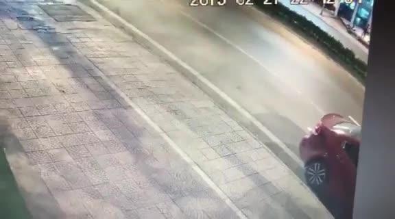Người đàn ông chạy xe máy đâm vào đuôi ô tô đậu bên đường