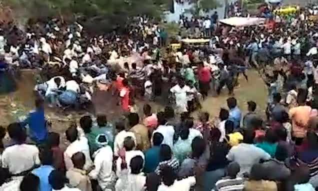Video: Bò mộng lao thẳng vào đám đông tại sự kiện tôn giáo Ấn Độ.