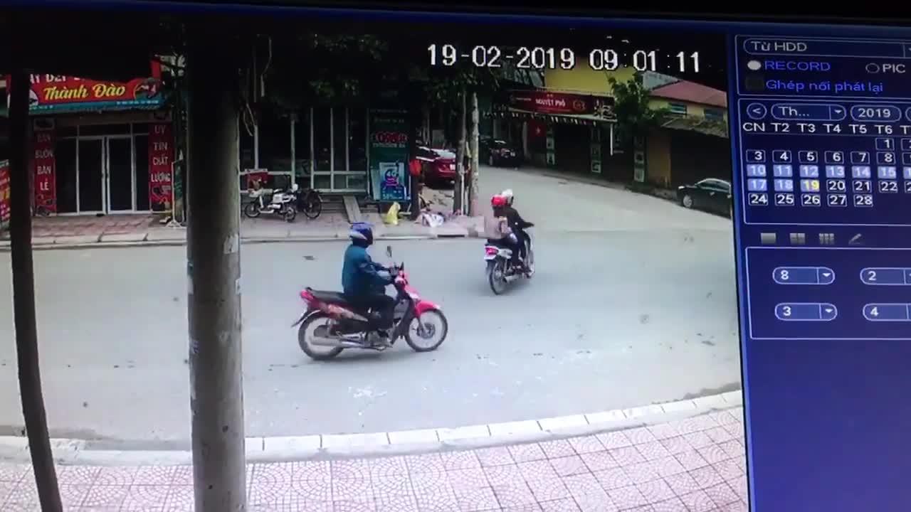Pha sang đường cẩu thả của cặp đôi chạy xe máy