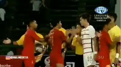 """Cầu thủ Campuchia """"trả đũa"""" bằng cách từ chối bắt tay với Marinus Wanewar"""
