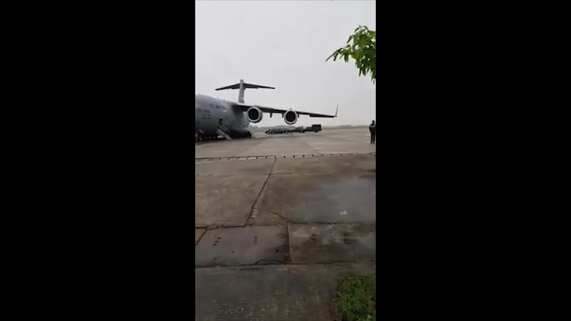 """Hình ảnh siêu xe """"Quái thú"""" của Tổng thống Mỹ cùng dàn xe đặc chủng đổ bộ sân bay Nội Bài"""