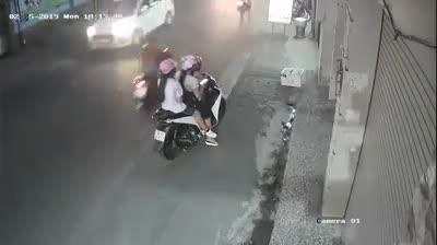 Dừng xe giữa đường nghe điện thoại, người phụ nữ gặp tai nạn