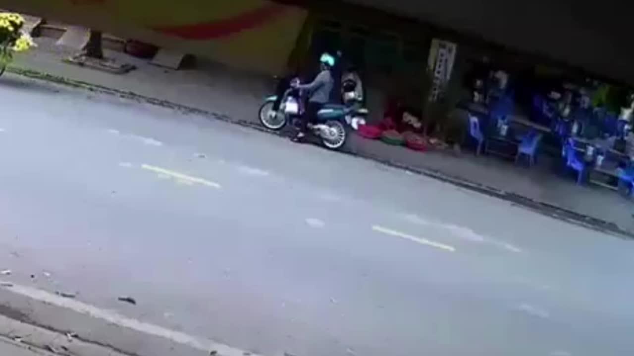 Nam thanh niên tông vào người phụ nữ dừng xe giữa đường nghe điện thoại