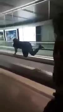 Video: Cô gái chơi trò 'lướt thang cuốn' tại sân bay.