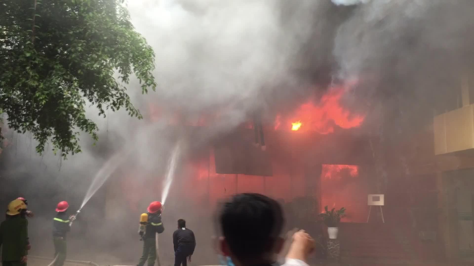 Video cháy kinh hoàng tại khu tổ hợp khách sạn, quán bar, karaoke Avatar.