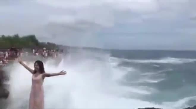 Clip cô gái trẻ suýt chết vì sóng đánh khi chụp ảnh ở vách đá Bali.