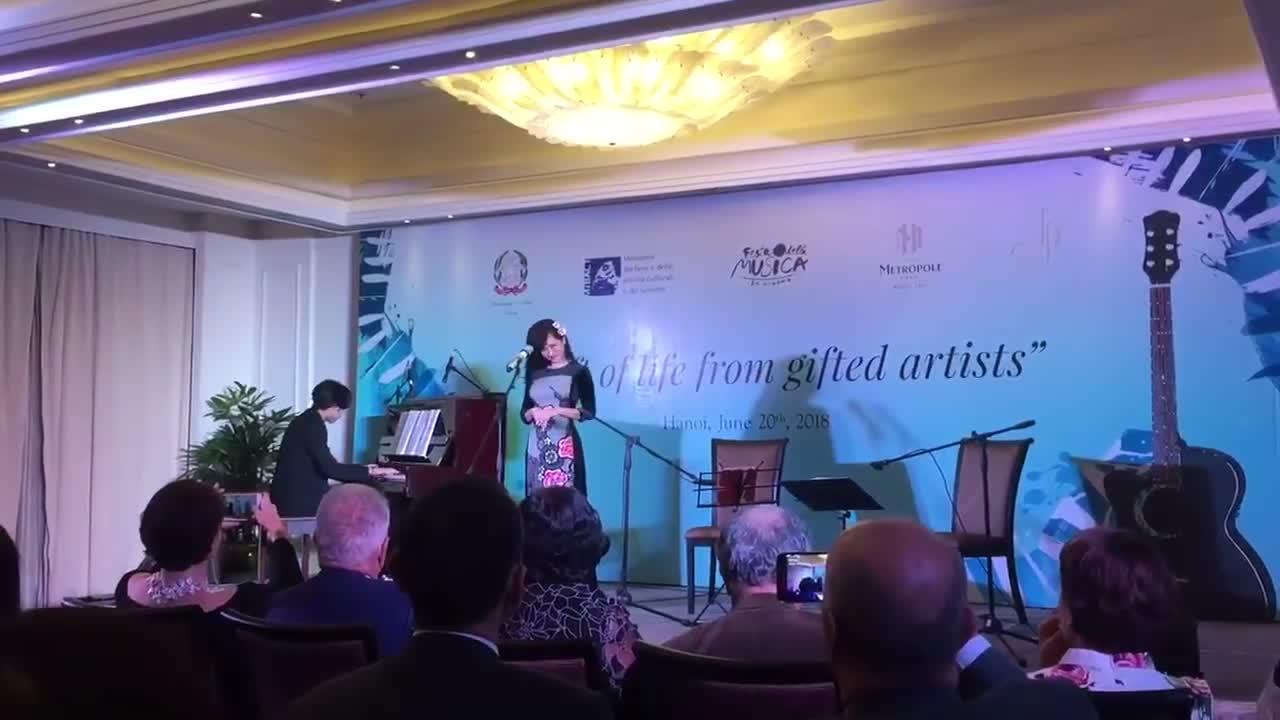 Hồng Nhung hát aria Voi Che Sapete