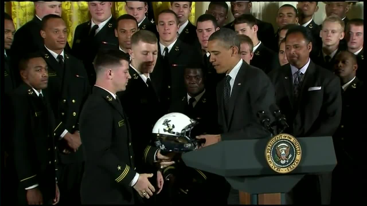 Ông Obama nhận mũ nhưng từ chối đội thử tại một sự kiện năm 2013.