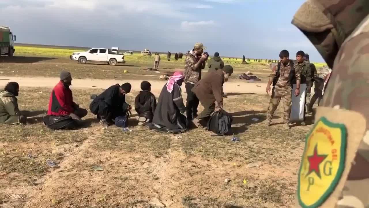 Các chiến binh IS đầu hàng lực lượng SDF tại Baghouz