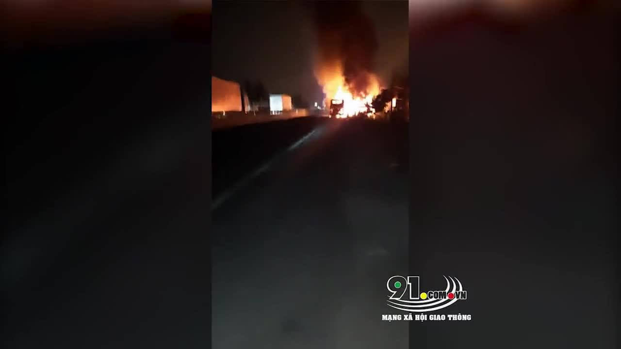 Xe khách giường nằm bốc cháy lan cả vào nhà dân