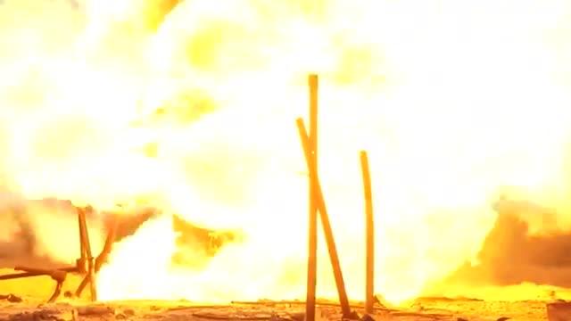 Quân đội Nga dùng pháo chống tăng Rapira MT-12 để chữa cháy mỏ khí