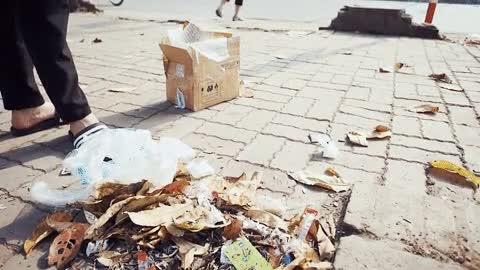 Việc gắp rác rất mỏi tay. Chấm điểm: 0.