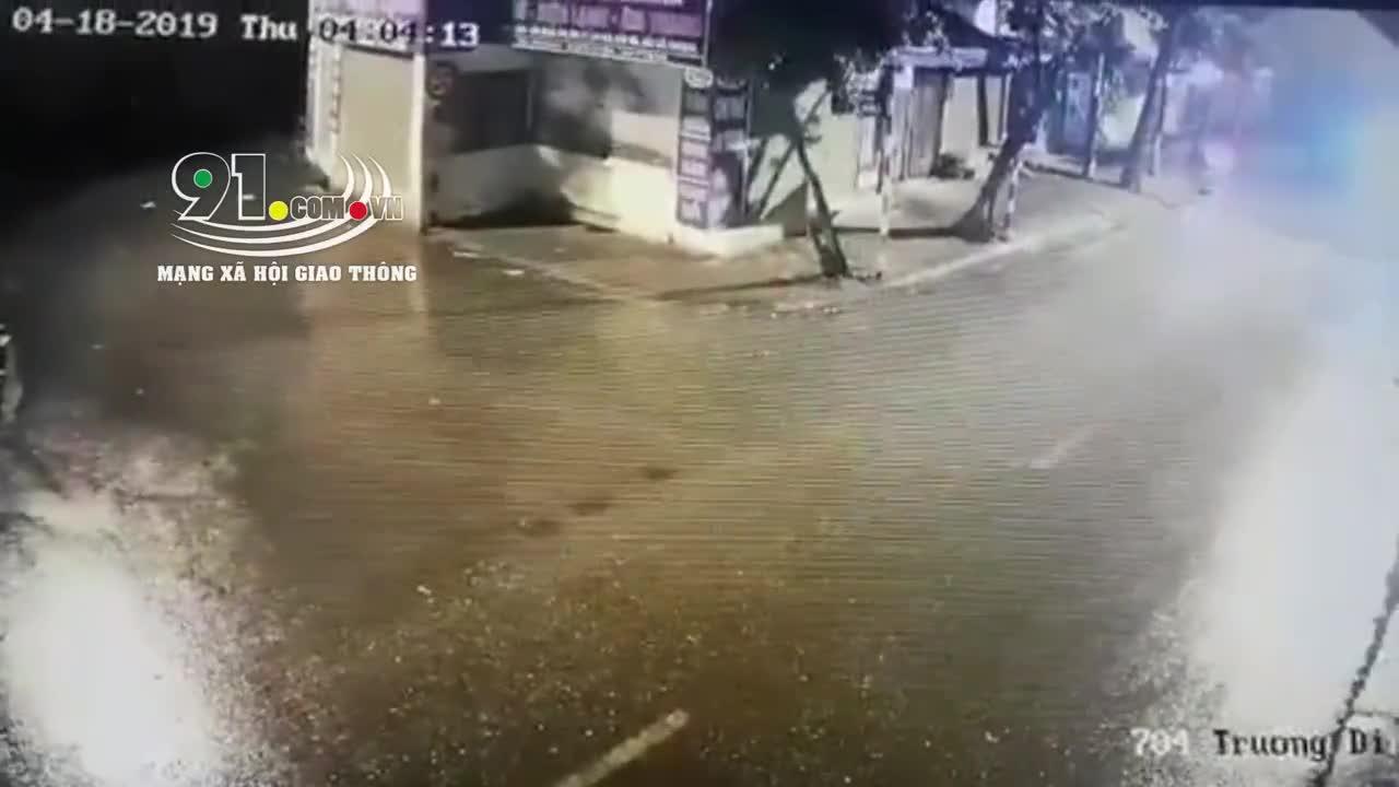 Người phụ nữ chạy xe máy, bỗng ngã xuống đường tử vong