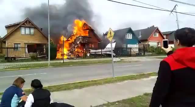 Máy bay đâm vào nhà dân, 6 người thiệt mạng.