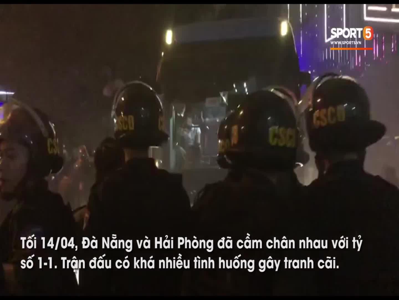 Cổ động viên Hải Phòng quây chặt xe của Đà Nẵng sau trận đấu nhiều tranh cãi