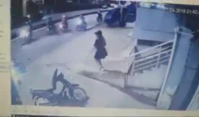 CSGT chĩa súng, đánh 2 người sau va chạm giao thông ở Sài Gòn.