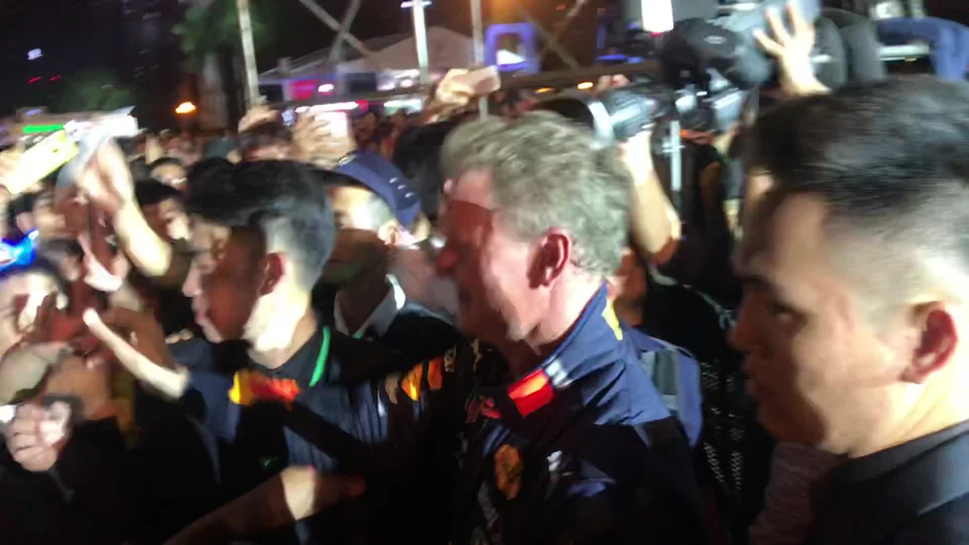 Cựu tay đua David Coulthard (48 tuổi) giao lưu kí tặng thiệp người hâm mộ Việt Nam.