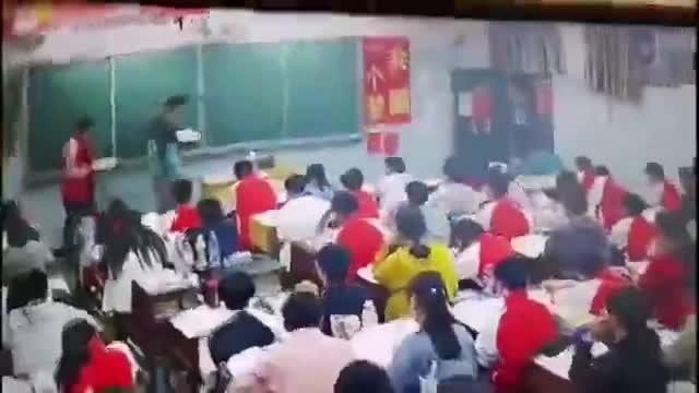 Video: Thầy giáo đánh đập 2 nam sinh trong lớp học.