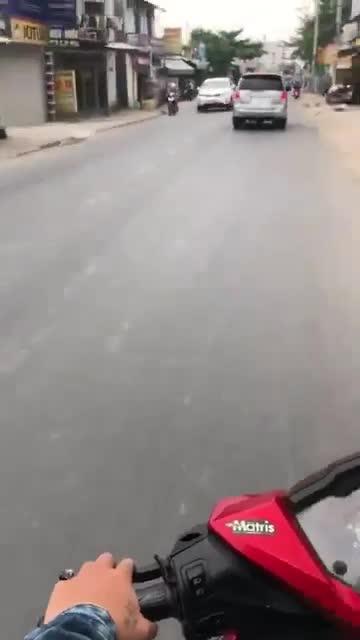 Tăng ga chạy CSGT, ô tô 7 chỗ cố tình tông loạt xe trên đường phố Sài Gòn