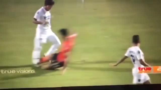 """Cầu thủ Myanmar """"tái mặt"""" vì bị đồng đội cũ vào bóng như triệt hạ tại Thai League"""
