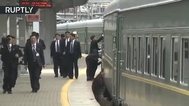 Video: Vệ sỹ hối hả chạy theo lau cửa tàu trước khi ông Kim Jong-un xuất hiện