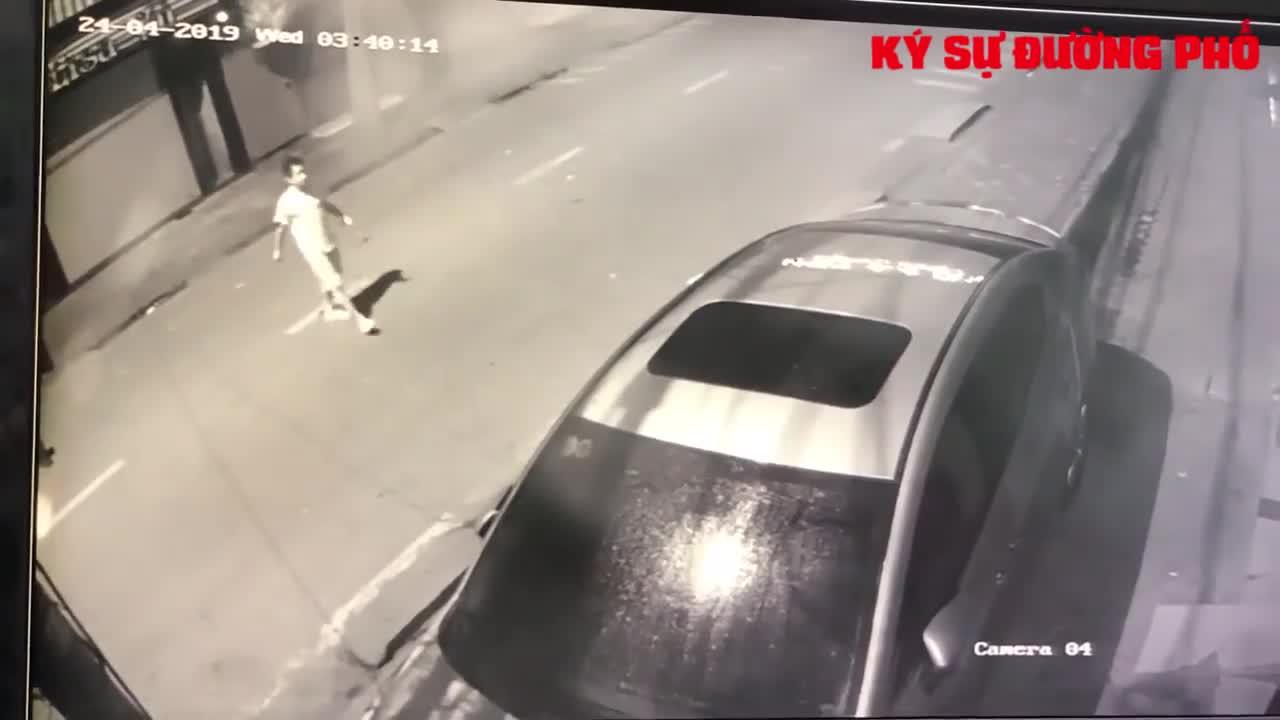 Người đàn ông nửa đêm cầm búa đi đập xe hàng xóm