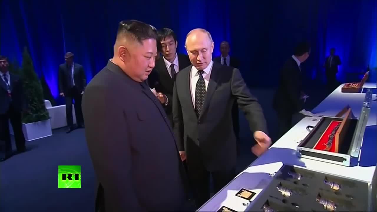 Tổng thống Nga Vladimir Putin và Chủ tịch Triều Tiên Kim Jong-un trao quà cho đối phương sau cuộc gặp thượng đỉnh