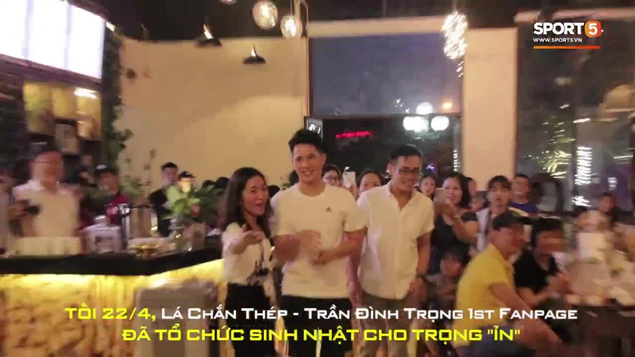 Đình Trọng và Tiến Dũng tình tứ trong sự kiện sinh nhật do người hâm mộ tổ chức. T/H: Ted Trần.