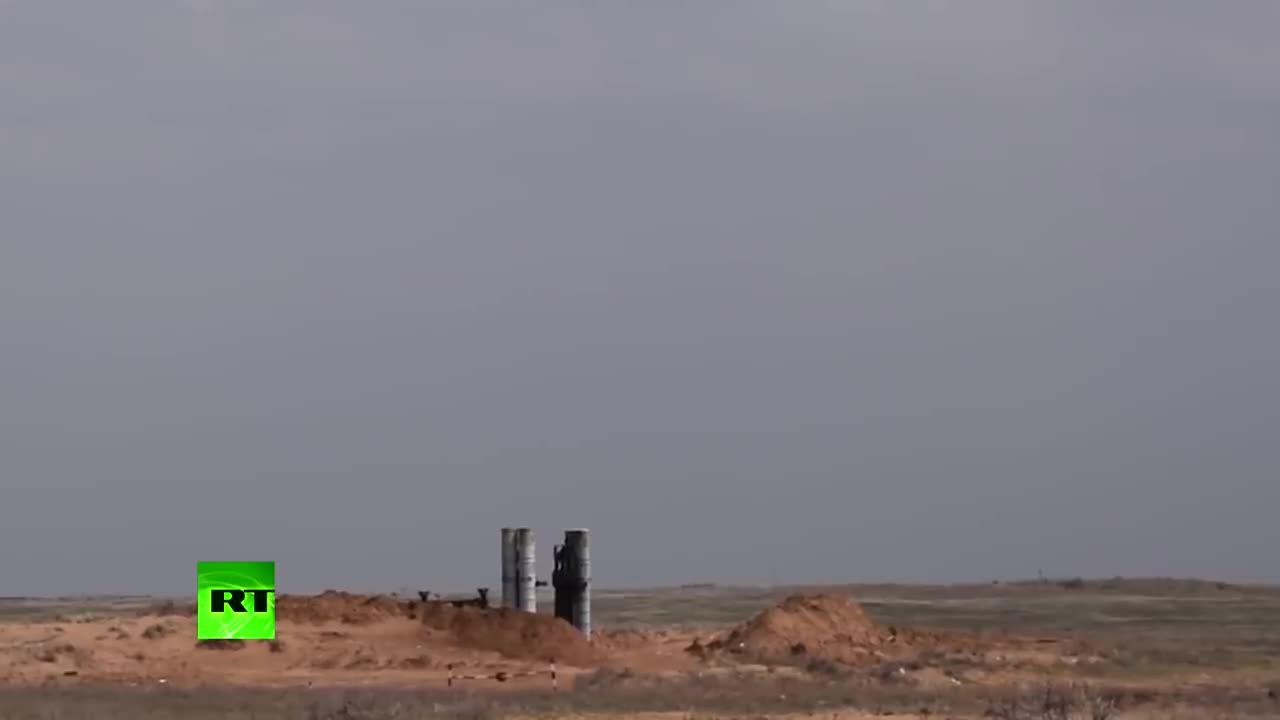 Phòng không Nga khai hỏa tên lửa của hệ thống S-300 trong cuộc tập trận tại Astrakhan (Nguồn RT).
