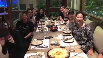 Trấn Thành đưa gia đình vợ đi ăn tối