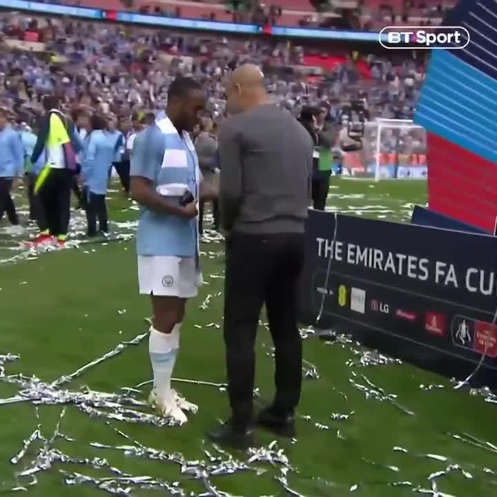 Pep Guardiola dạy dỗ học trò sau trận chung kết FA Cup