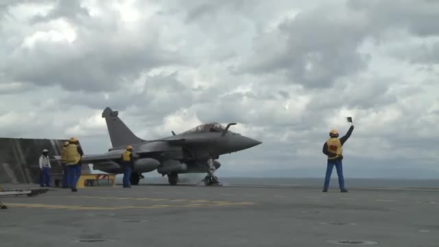 Tiêm kích Rafale cất và hạ cánh từ Tàu sân bay Charles de Gaulle.