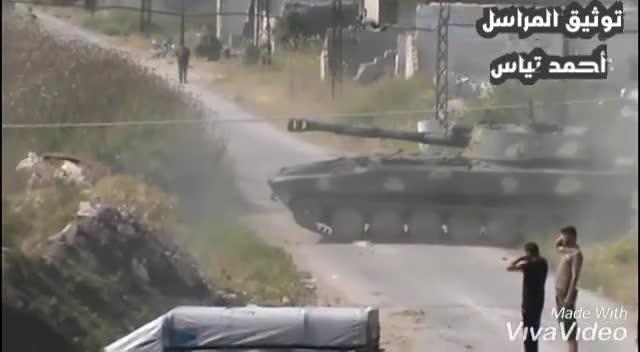Quân đội Syria tiến công đánh chiến khu vực cao điểm Huwayz thuộc tỉnh Idlib. Video truyền thông lực lượng Tiger.