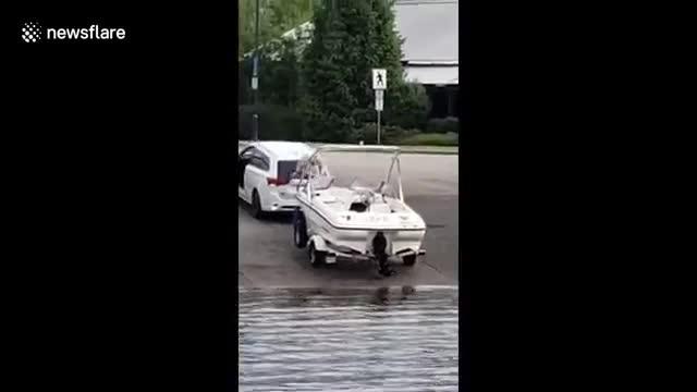 Video: Người đàn ông suýt bị xe ô tô đâm khi nhảy ra khỏi xuồng.