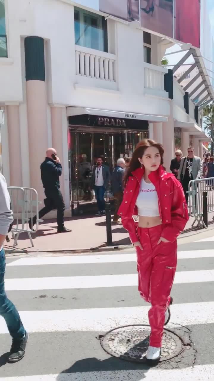 Clip Ngọc Trinh khoe eo thon trên đường phố Pháp.