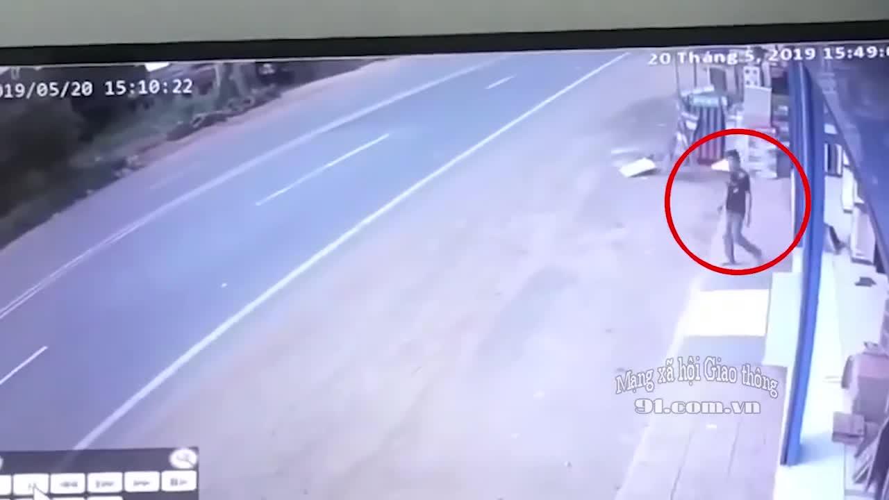 Người đàn ông lao đầu vào xe khách, tự tử