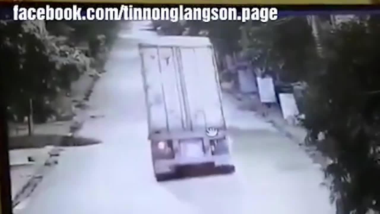 2 xe máy chạy ngược chiều va chạm với nhau trên đường