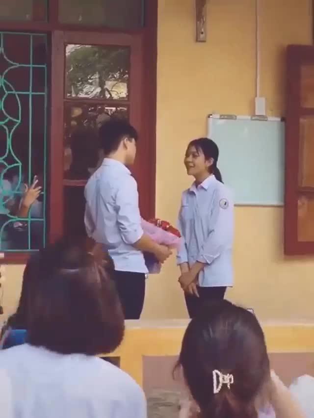 Được chàng trai tặng hoa tỏ tình, nữ sinh có cách từ chối khéo khiến đám đông hú hét