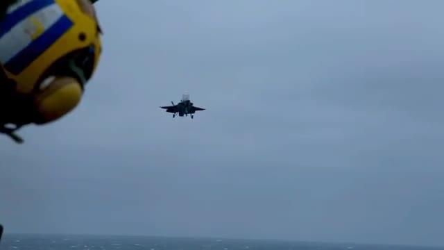 F-35B có khả năng cất hạ cánh thẳng đứng trên các Khu trục hạm trực thăng.