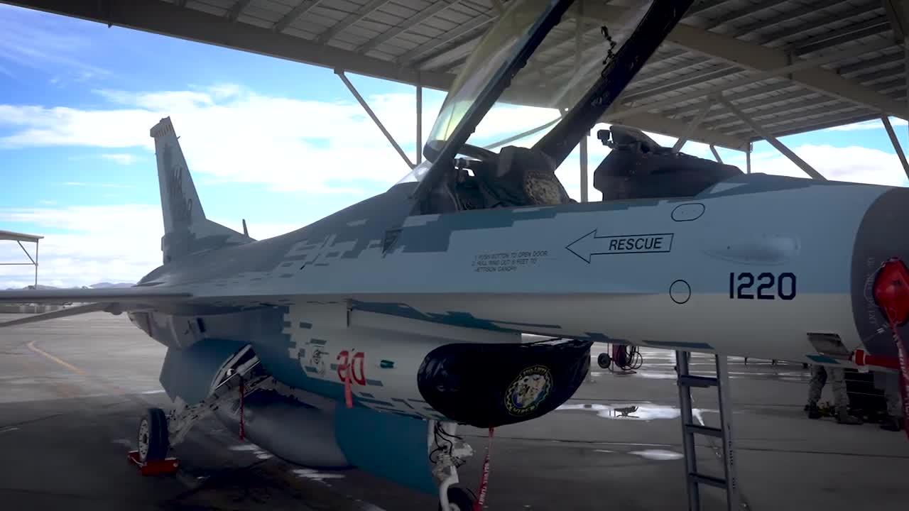 """Chiến đấu cơ F-16 Mỹ """"giả dạng"""" thành Su-57 của Nga lần đầu tung cánh"""