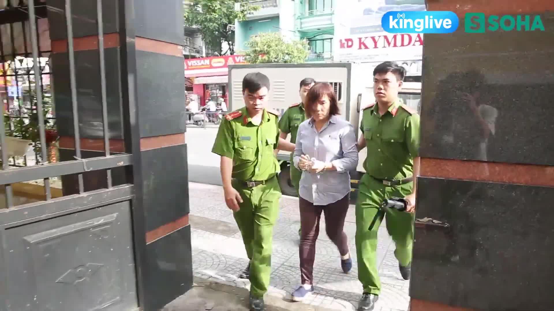 Nữ tài xế lái xe BMW được dẫn vào phòng xét xử (Kingpro)