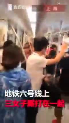Video: Ba người phụ nữ đánh nhau trên tàu điện ngầm.