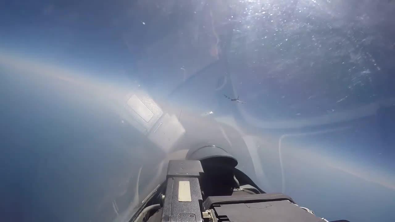 """Video Nga điều tiêm kích Su-27 """"lùa"""" pháo đài bay B-52H tiếp cận biên giới"""