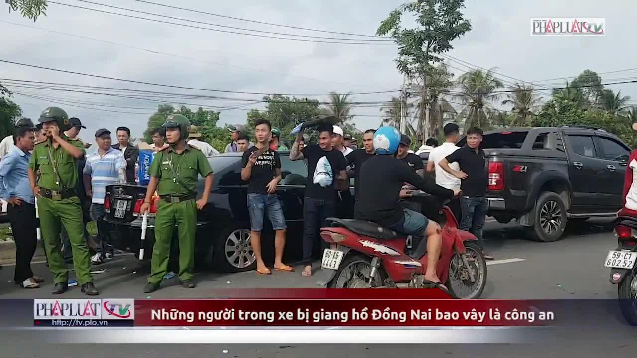 Những người trong xe bị giang hồ Đồng Nai bao vây là công an (Nguồn: PLO)