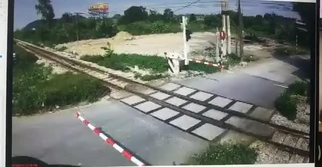 Ngươi đàn ông cố tình lao qua đường sắt khi thanh chắn tàu đã hạ xuống