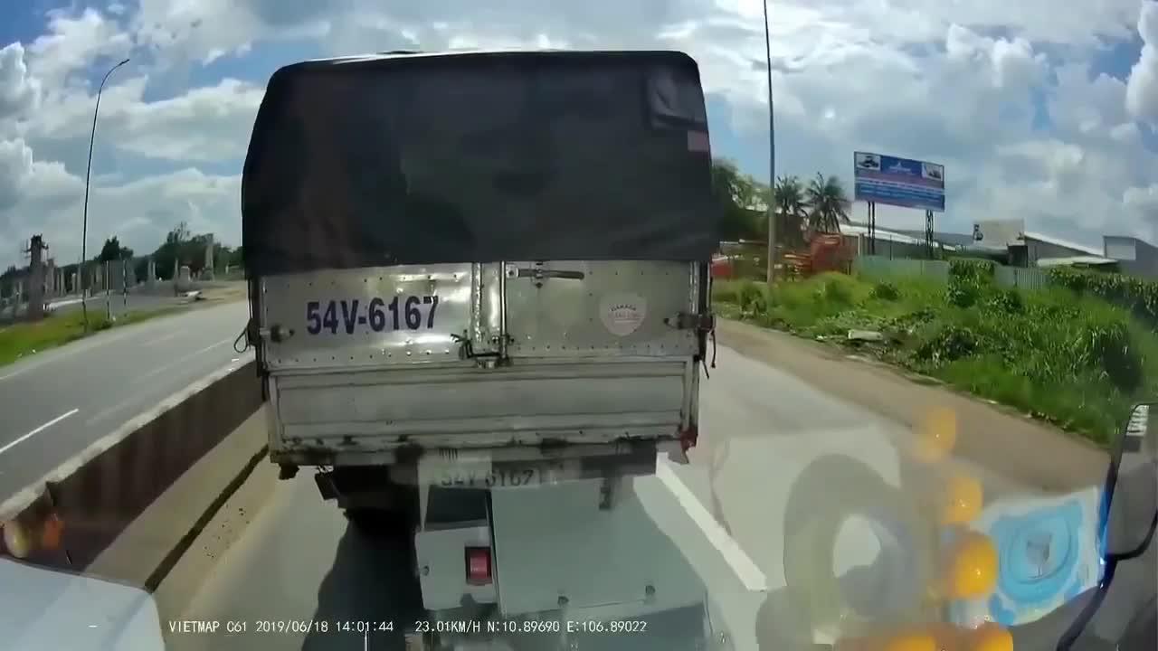 Mở cửa xe giữa đường, tài xế xe ben hùng hổ cầm cờ lê đập vỡ kính xe tải vì bị vượt đầu