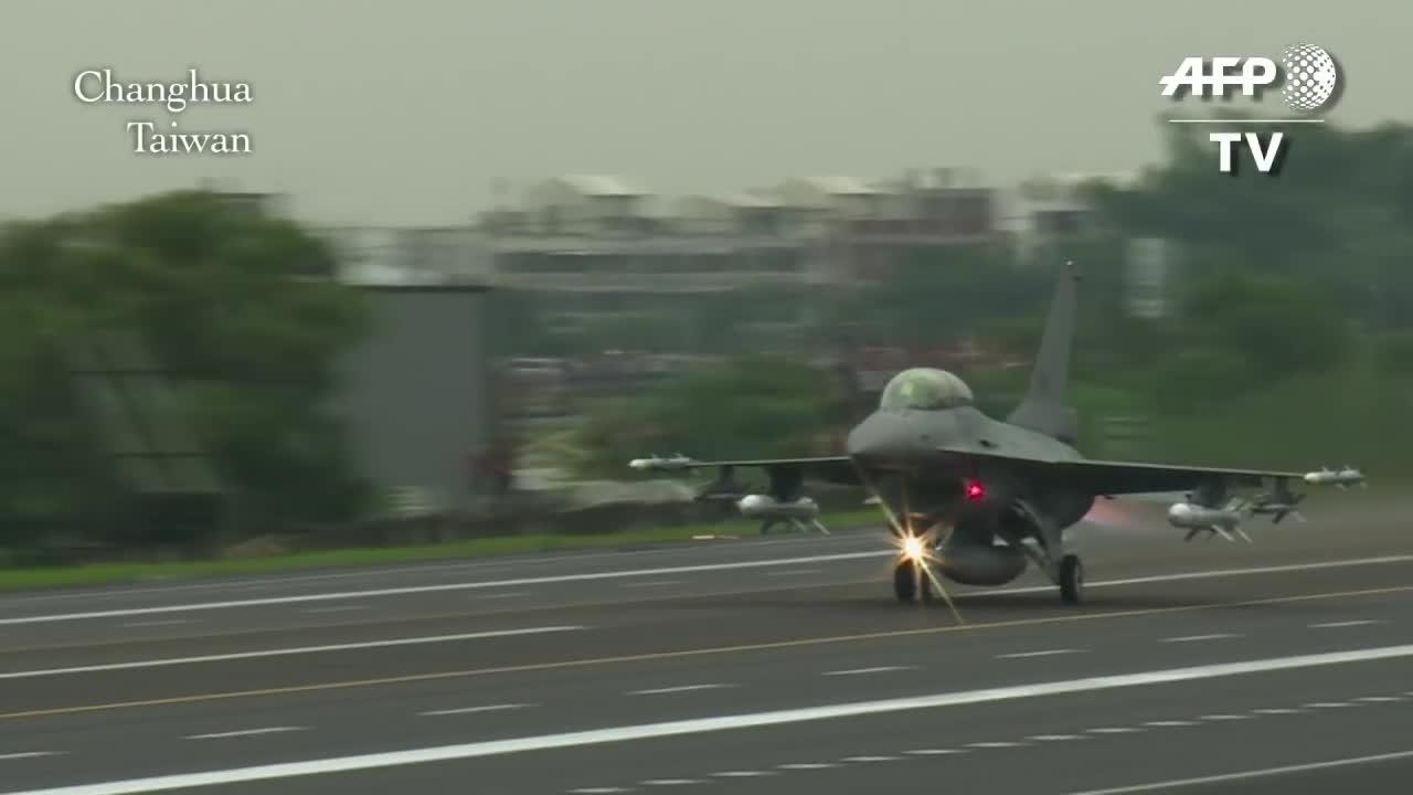 Không quân Đài Loan diễn tập cất hạ cánh trên đường cao tốc (Nguồn AFP/Youtube).