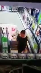 Video: Cô gái suýt gãy cổ vì nghiêng người qua thang cuốn.