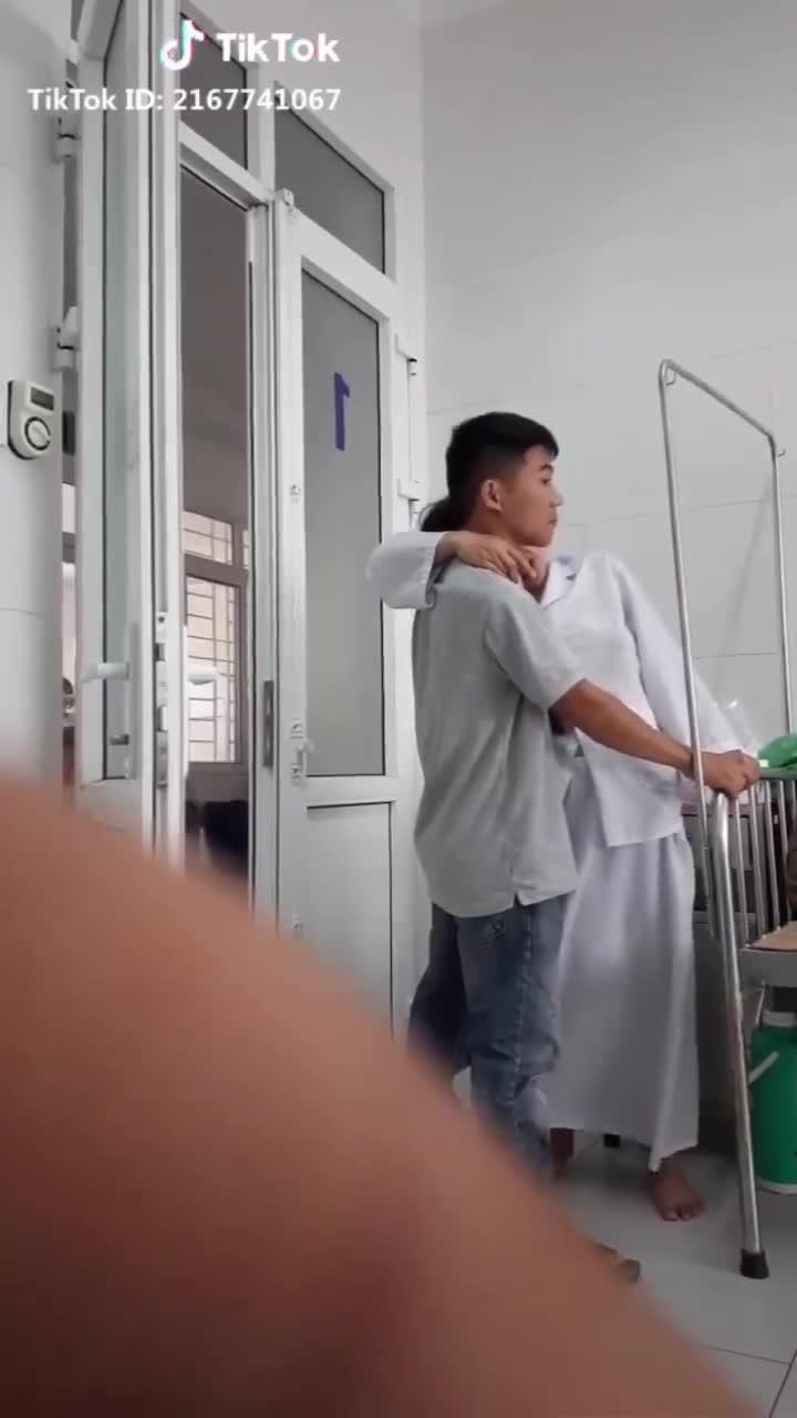 Sản phụ đứng thẫn thờ tựa vào vai chồng, hành động cuối của người đàn ông gây xúc động mạnh